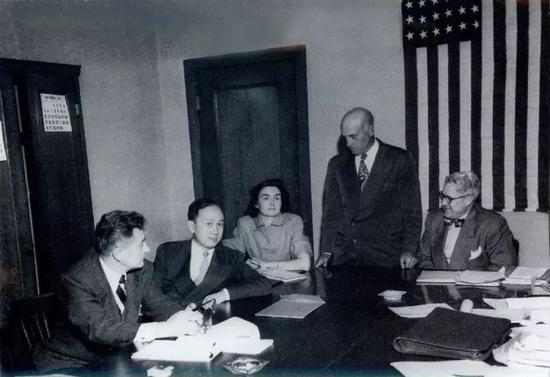 △1950年11月,钱学森在美国侨民局的听证会上。就在钱学森积极筹划回国的时候,不幸不期而至。钱学森被美国司法部侨民局控告为美国共产党员,继而受到栽栽不公待遇,受到长达5年的监禁。