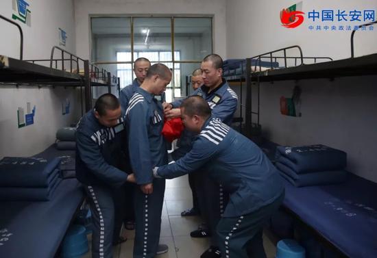 2018年2月15日,湖南省郴州监狱3名服刑人员获得春节离监探亲资格。陈杰/摄