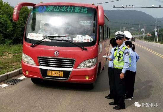 刘贵斌在路面执勤(生前工作照)