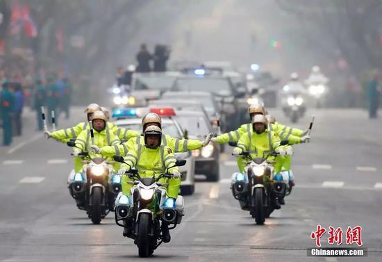 当地时间26日中午,金正恩的车队驶向即将下榻的美利亚酒店。
