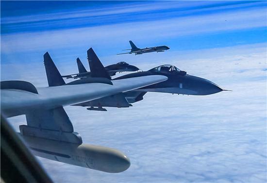 中国空军轰-6K等多型战机远洋训练(资料照片)。新华社发