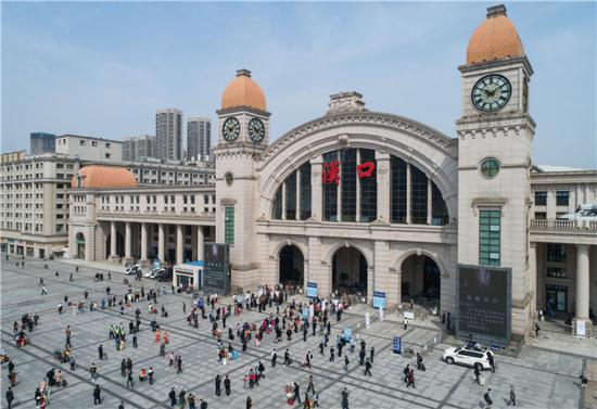 4月8日,乘客在汉口火车站排队进站。新华社记者 肖艺九 摄