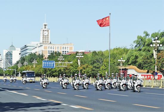 2020年9月8日上午,全国抗击新冠肺炎疫情表彰大会在北京人民大会堂隆重举行。这是国家勋章和国家荣誉称号获得者乘坐礼宾车从住地出发,在国宾护卫队的护卫下,前往人民大会堂。 新华社记者 戴天放/摄
