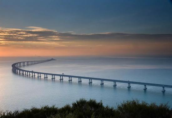 港珠澳大桥下的秋日美景(图/视觉中国)