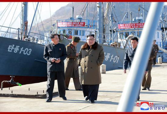 """金正恩视察渔业基地,背后是""""丹枫""""号渔船(朝中社)"""