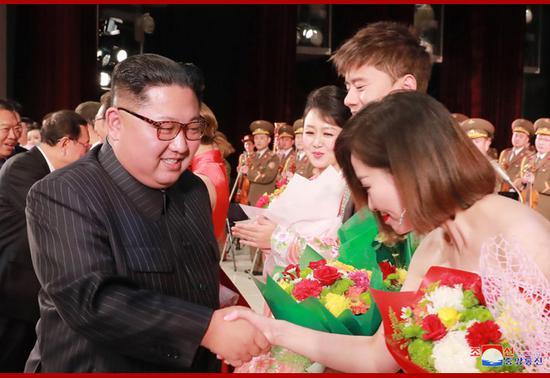 金正恩外交活动:在平壤接见中国艺术团(朝中社)