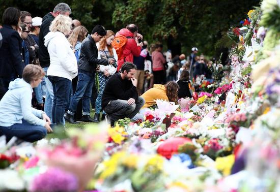 新西兰群众为遇难者献花(图源:新西兰先驱报)