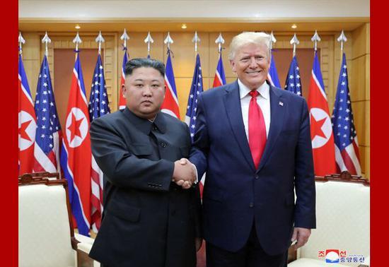 金正恩与特朗普握手 图源:朝中社