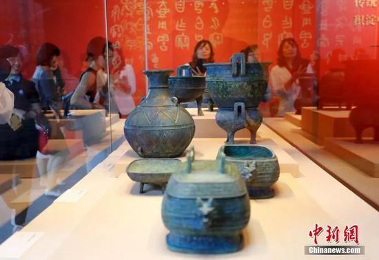 观众参观从日本追索的曾伯克父青铜组器。中新社记者 杜洋 摄