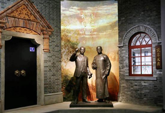 """6月1日拍摄的中共一大纪念馆内的""""南陈北李,相约建党""""主题雕塑。新华社记者 刘颖 摄"""