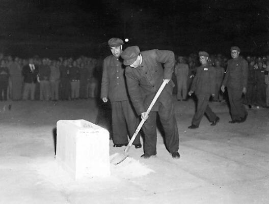 1949年9月30日黄昏,人民英雄留念碑奠基仪式上,毛泽东、朱德、贺龙、粟裕、刘伯承先后挥锹奠基