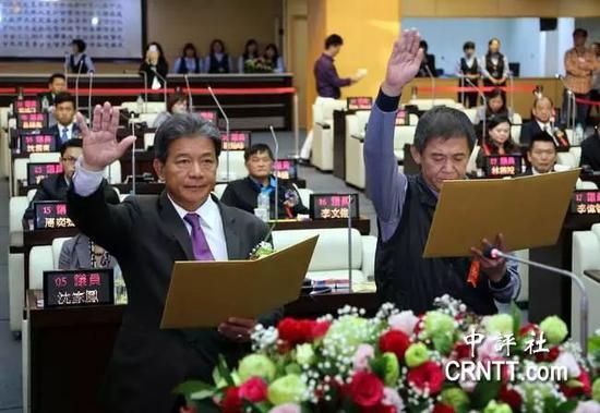郭信良(左)退出民进党,反袭夺下台南市议长。