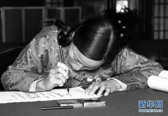 出席第一届全国人民代表大会第一次会议的人大代表申纪兰在报到(1954年9月摄)。
