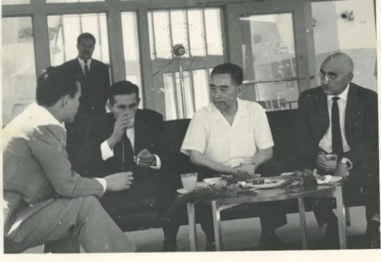 1966年9月,周恩来总理访问罗马尼亚时途经阿富汗,会见了阿富汗苏尔坦亲王(左二),这是华黎明(左一)第一次担任周总理的翻译。华黎明供图