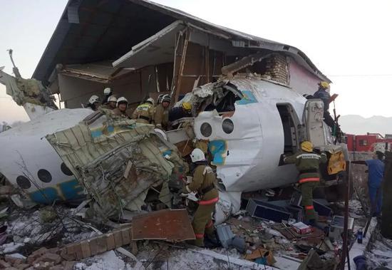 这是12月27日在哈萨克斯坦阿拉木图附近拍摄的坠机现场。新华社发(哈萨克斯坦内政部主要情况委员会供图)