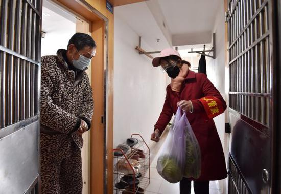 做事人员逐户排查、并为有需求居民送上菜品记者 郭良朔 摄