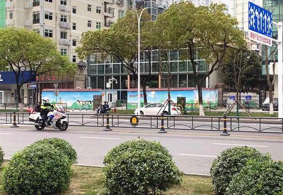 △武汉街头已能看到少量的行人、车辆