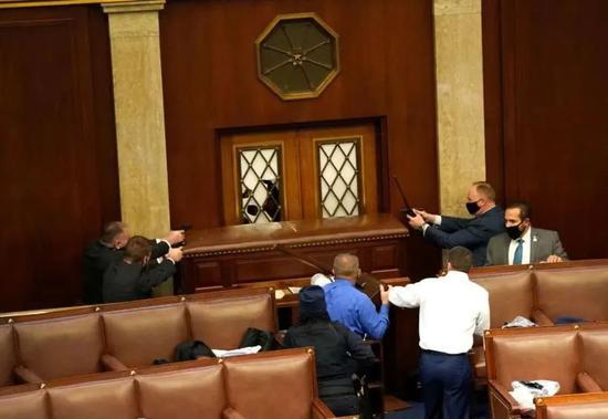 国会安保人员拔枪与特朗普支持者隔着门对峙