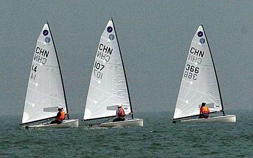 ▲2005年9月9日,中国选手沈晓英(中)驾驶107号帆船在比赛中。