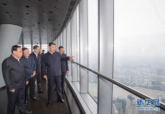 6日上午,习近平在上海中心大厦119层观光厅俯瞰上海城市风貌。新华社记者 李学仁 摄