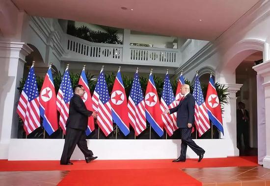 6月12日,朝鲜最高领导人金正恩与美国总统特朗普在新添坡举走会晤。新华社发