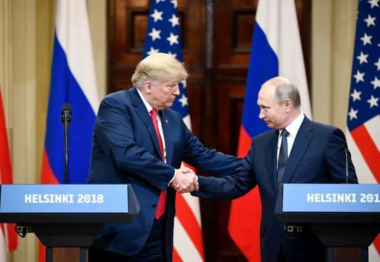 2018年7月16日,在芬兰首都赫尔辛基,美国总统特朗普(左)和俄罗斯总统普京出席联合记者会。新华社发(尤西·努卡里摄)