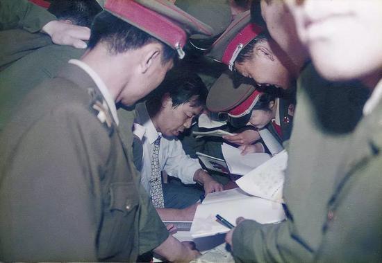 1997年,庞中华在军队中演讲硬笔书法
