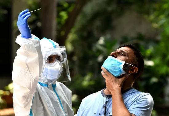 8月2日,一名男子在印度新德里进行新冠病毒检测采样。来源:新华社
