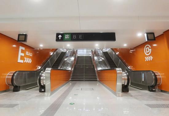 双井站将于今年年末完结全功用换乘,D出入口行将启用,一起在东三环路的东侧还新开了一个E出入口。拍摄/新京报记者 王贵彬