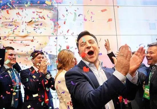 喜剧演员泽伦斯基以压倒性优势赢得乌克兰总统大选