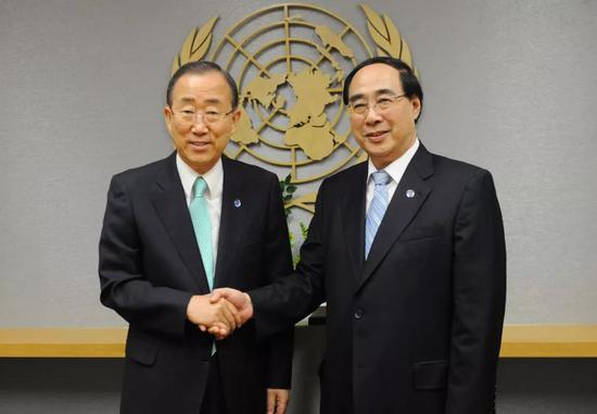 2012年8月,吴红波(右)就任联合国副秘书长,与时任秘书长潘基文握手