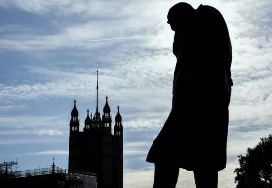 这是10月28日在英国伦敦议会广场拍摄的英国前首相丘吉尔雕像。新华社/美联