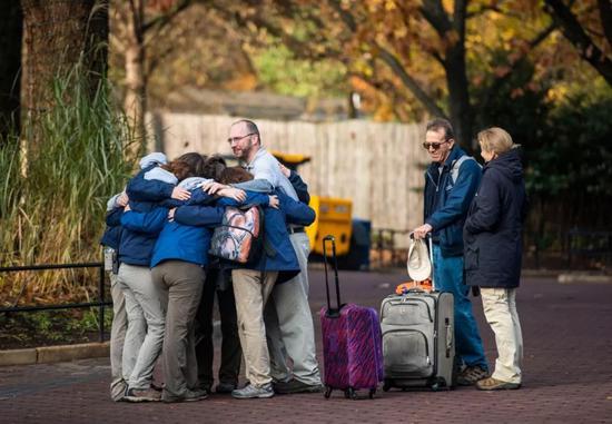 """▲美國國家動物園的工作人員為""""貝貝""""的離開而擁抱在一起。(美國《華盛頓郵報》)"""