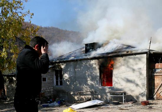亚美尼亚人含泪烧毁自家房屋(路透社)