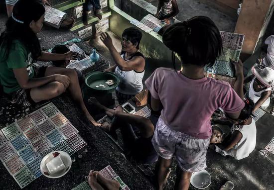 周日夜晚,人们正在玩宾戈游玩 (一栽赌钱或有奖游玩)