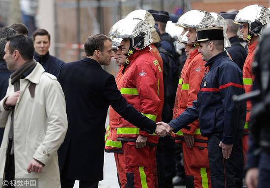 马克龙慰问当地警察和消防员