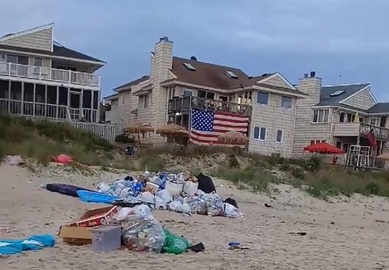 工作人员从海滩上清理了10吨垃圾