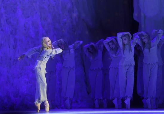 """2017年5月19日,日本松山芭蕾舞团在北京人民大会堂演出《白毛女》。这是该团第15次访华演出。该团团长、第二代白毛女扮演者——69岁的森下洋子在剧中饰演""""喜儿""""。新华社记者 金良快 摄"""