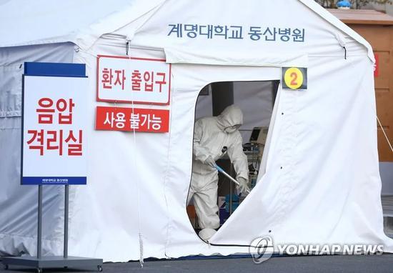 大邱启明大学东山医院竖立移动式负压病房。来源:韩联社