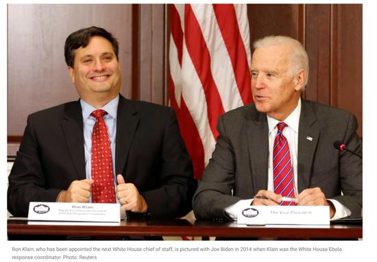 2014年,克莱因被任命为埃博拉病毒反应协调员时与拜登的合影。/路透社