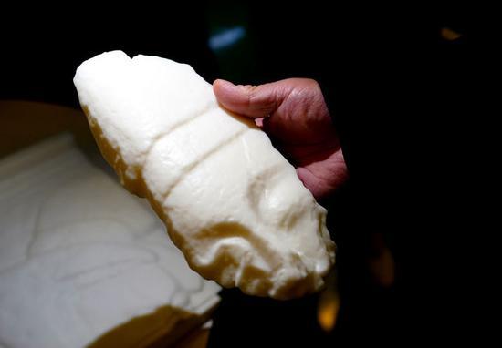 这是西安国家增材制造创新中心3D打印复制的浮雕碎块(4月7日摄)。新华社记者李安摄