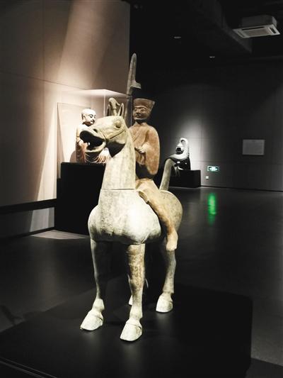 江上在重庆大学博物馆拍摄的人骑青铜俑。受访者供图