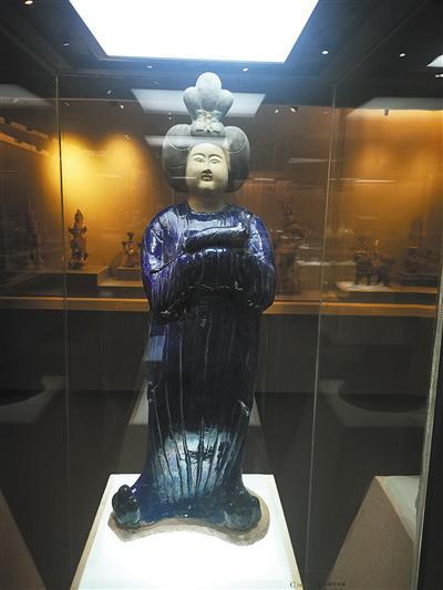江上在重庆大学博物馆拍摄的唐三彩人物塑像。受访者供图