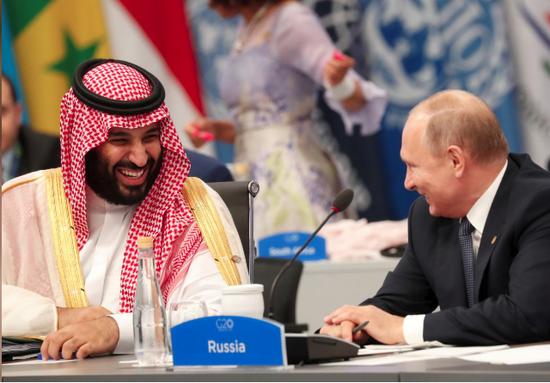 普京与沙特王储穆罕默德一首喜悦大乐。(路透社)