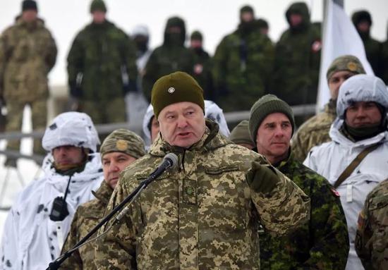 ▲12月3日,乌克兰总统波罗申科在距离俄罗斯边境不远的切尔尼雪夫地区贡添里夫斯克威莱附近对参添旅级战术实习的武士发外说话。(法新社)