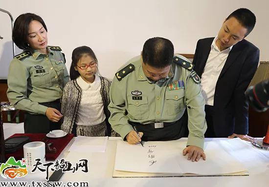 在毛泽东曾经使用的办公桌上,毛新宇、毛东东、毛甜懿分别写下自己名字