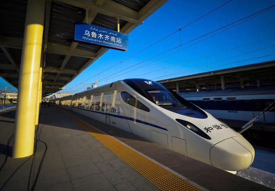 2014年,兰新铁路乌鲁木齐南至兰州西全线通车运营。中新社记者 刘新 摄