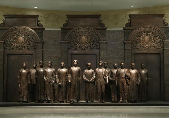 6月1日拍摄的中共一大纪念馆内的一大代表群体铜像。新华社记者 刘颖 摄