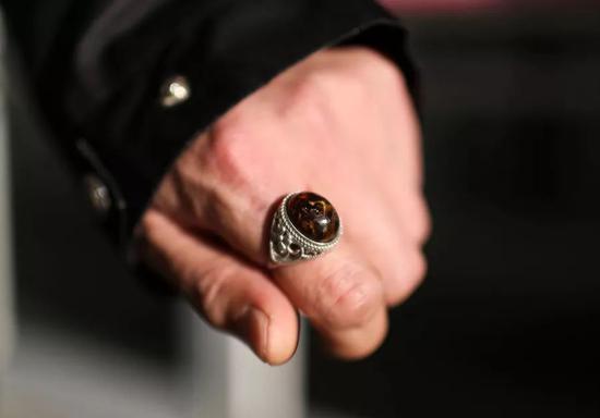 """范三左手食指上戴着一枚深褐色的琥珀戒指——那是朋友清新他做这走,专门送他""""辟邪""""的。"""