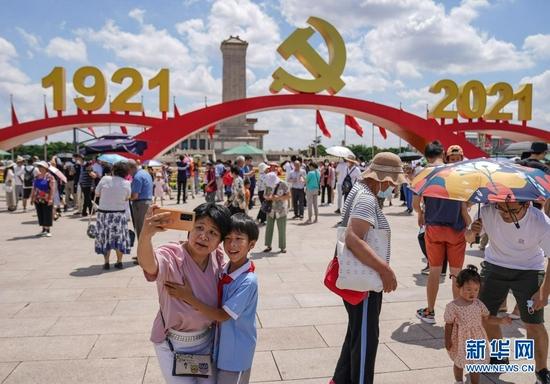 7月3日,游客在北京天安门广场拍照留念。新华社记者 彭子洋 摄
